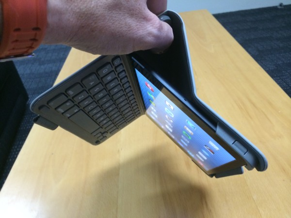 Logitech Ultrathin Keyboard Folio - Magnets hold it all in place